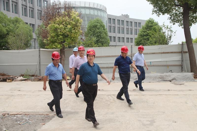 校领导深入教学实训综合楼建筑工地检查指导工作