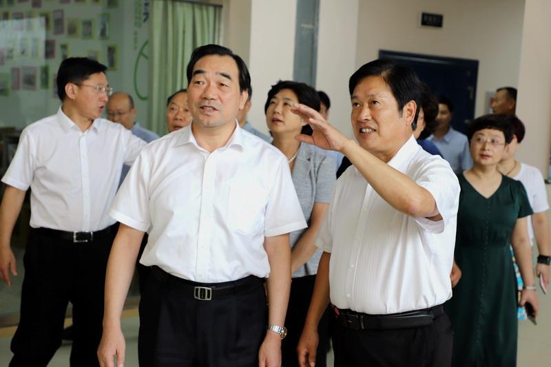 徐州市委书记周铁根来我校慰问教师
